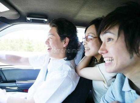 車で出かける若者たちの写真素材 [FYI02845518]