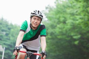 自転車に乗るサイクリングウェアの若い男性の写真素材 [FYI02845535]