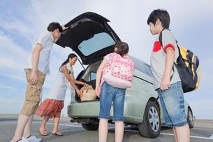 車のバックドアを開ける家族4人の写真素材 [FYI02845539]