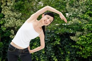 ストレッチをする若い女性の写真素材 [FYI02845633]