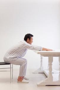 五十肩体操をする中年男性の写真素材 [FYI02845719]