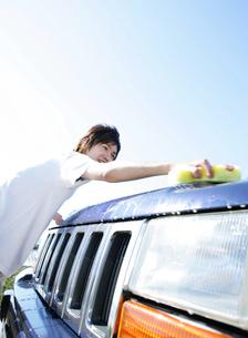 車を洗う男性の写真素材 [FYI02845769]