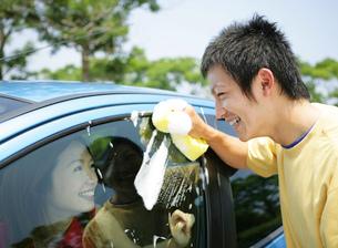 洗車をする若者の写真素材 [FYI02845771]