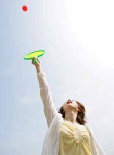 屋外でスポーツをする女性の写真素材 [FYI02845782]