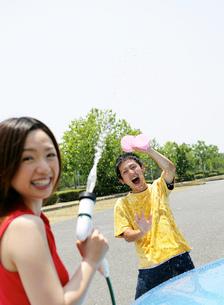 洗車をする若者の写真素材 [FYI02845789]