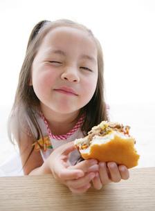 ハンバーガーを食べる女の子の写真素材 [FYI02845819]