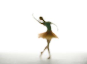 バレエダンスをする女性のシルエットの写真素材 [FYI02845856]