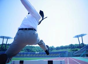 スポーツをするビジネスマンの写真素材 [FYI02845883]