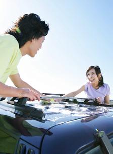 車を洗う若者たちの写真素材 [FYI02845891]