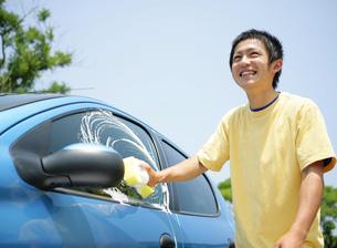 洗車をする若者の写真素材 [FYI02845902]