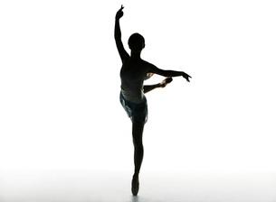 バレエダンスをする女性のシルエットの写真素材 [FYI02845941]