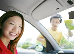 洗車をする若者の写真素材 [FYI02845991]