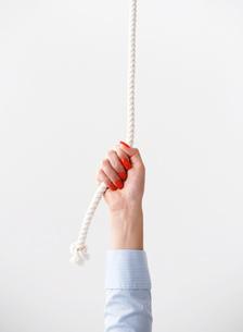 ロープを引っ張る手の写真素材 [FYI02846009]