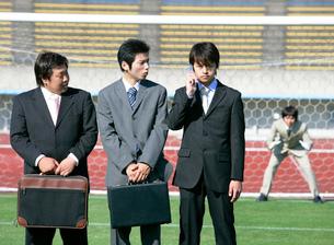 サッカーをするビジネスマンたちの写真素材 [FYI02846011]