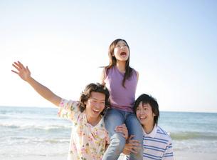 砂浜で遊ぶ若者たちの写真素材 [FYI02846045]