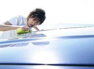 車を洗う男性の写真素材 [FYI02846054]