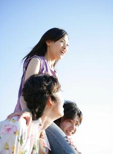 男性の肩の上に座る女性の写真素材 [FYI02846057]