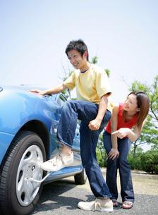 洗車をする若者の写真素材 [FYI02846061]