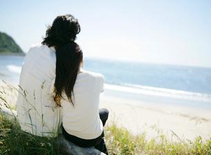 肩を寄せ合うカップルの写真素材 [FYI02846063]