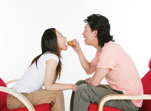 向い合うカップルの写真素材 [FYI02846077]