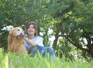 犬と戯れる日本人男性の写真素材 [FYI02846085]