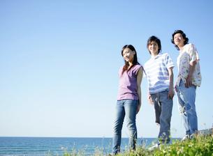 海を眺める若者の写真素材 [FYI02846089]
