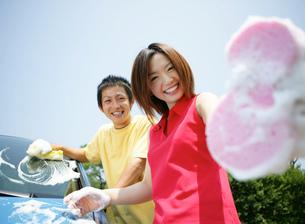 洗車をする若者の写真素材 [FYI02846091]