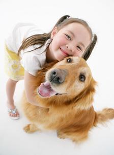 犬を抱っこする女の子の写真素材 [FYI02846094]