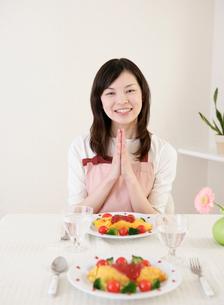 食事する女性の写真素材 [FYI02846095]