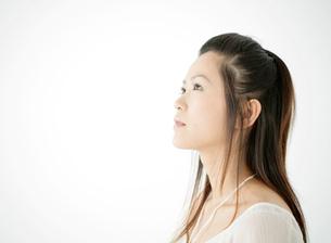 女性の横顔の写真素材 [FYI02846104]