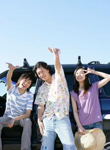 車に寄りかかる若者たちの写真素材 [FYI02846107]