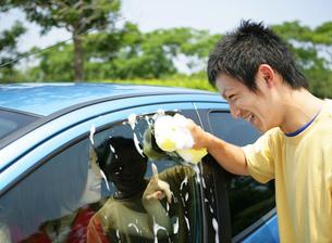 洗車をする若者の写真素材 [FYI02846121]
