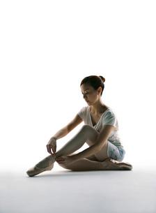 バレエダンスをする女性のシルエットの写真素材 [FYI02846130]