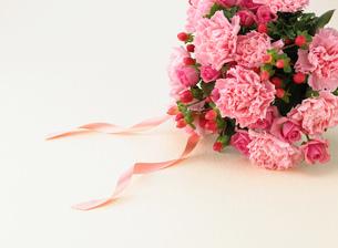 カーネーションの花束の写真素材 [FYI02846136]