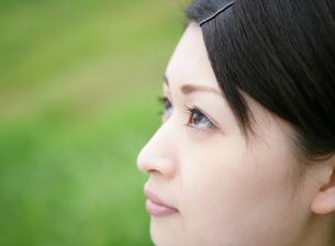 女性の横顔のアップの写真素材 [FYI02846139]