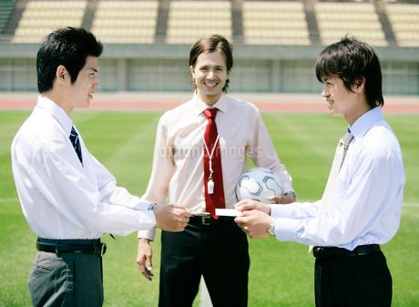 競技場のビジネスマンたちの写真素材 [FYI02846146]