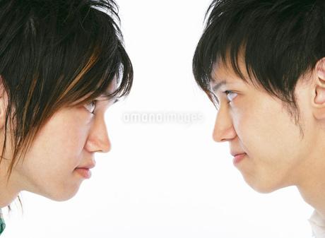 互いに睨み合う2人の日本人男性の写真素材 [FYI02846155]