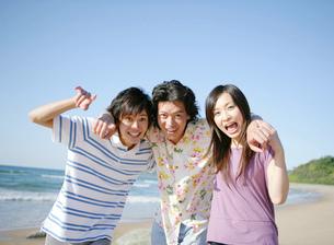 肩を組む若者たちの写真素材 [FYI02846161]