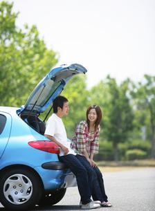 青い車と若者の写真素材 [FYI02846163]