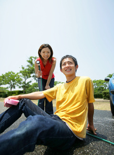 洗車をする若者の写真素材 [FYI02846164]