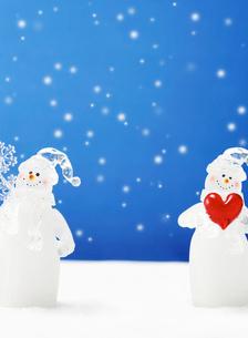 二体の雪だるまの写真素材 [FYI02846180]