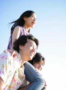 男性の肩の上に座る女性の写真素材 [FYI02846201]