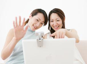パソコンを見る女性たちの写真素材 [FYI02846205]