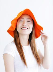 オレンジの帽子をかぶる女性の写真素材 [FYI02846209]