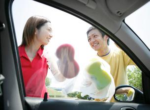 洗車をする若者の写真素材 [FYI02846217]