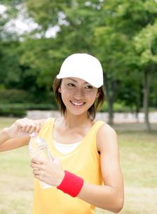 ペットボトルの水を持つ日本人女性の写真素材 [FYI02846220]