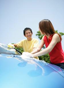 洗車をする若者の写真素材 [FYI02846222]