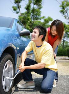 洗車をする若者の写真素材 [FYI02846254]