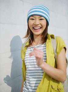笑顔で歩く女性の写真素材 [FYI02846255]