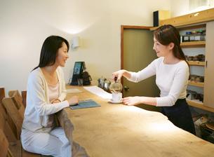 喫茶店にいる女性たちの写真素材 [FYI02846261]